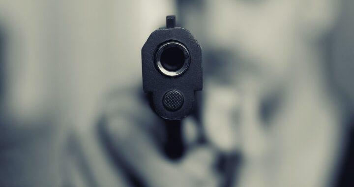 Uomo uccide la moglie di fronte alla figlia di 2 anni: condannato a 14 anni