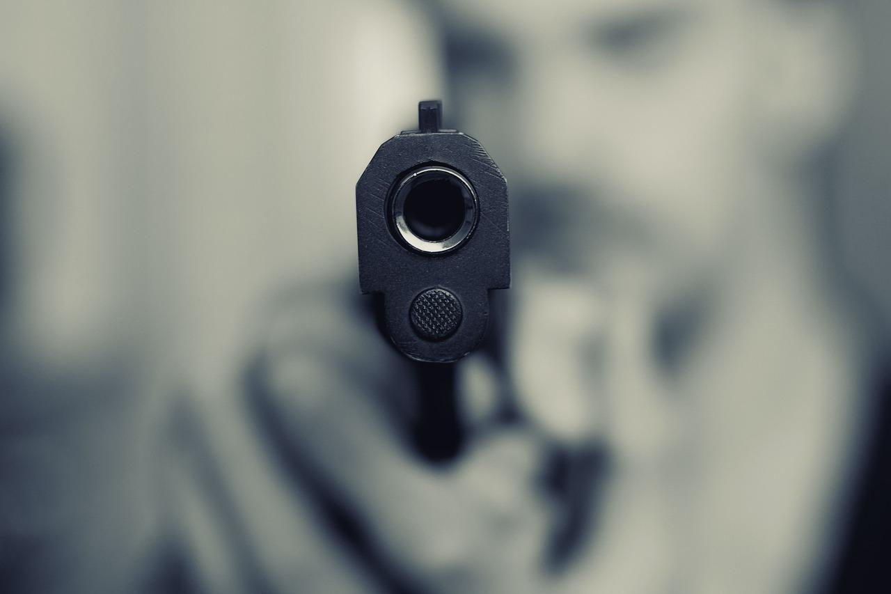 Uomo uccide la moglie