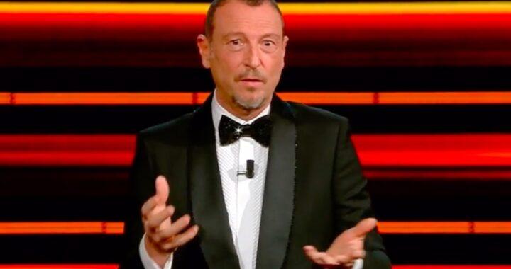 Amadeus da il via alla 71esima edizione del Festival di Sanremo ma non passa inosservato il gesto fatto prima di salire sul palco