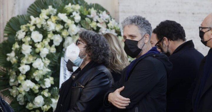 Lacrime e dolore al funerale del grande artista: la bara accompagnata dalla sua musica e dai palloncini bianchi