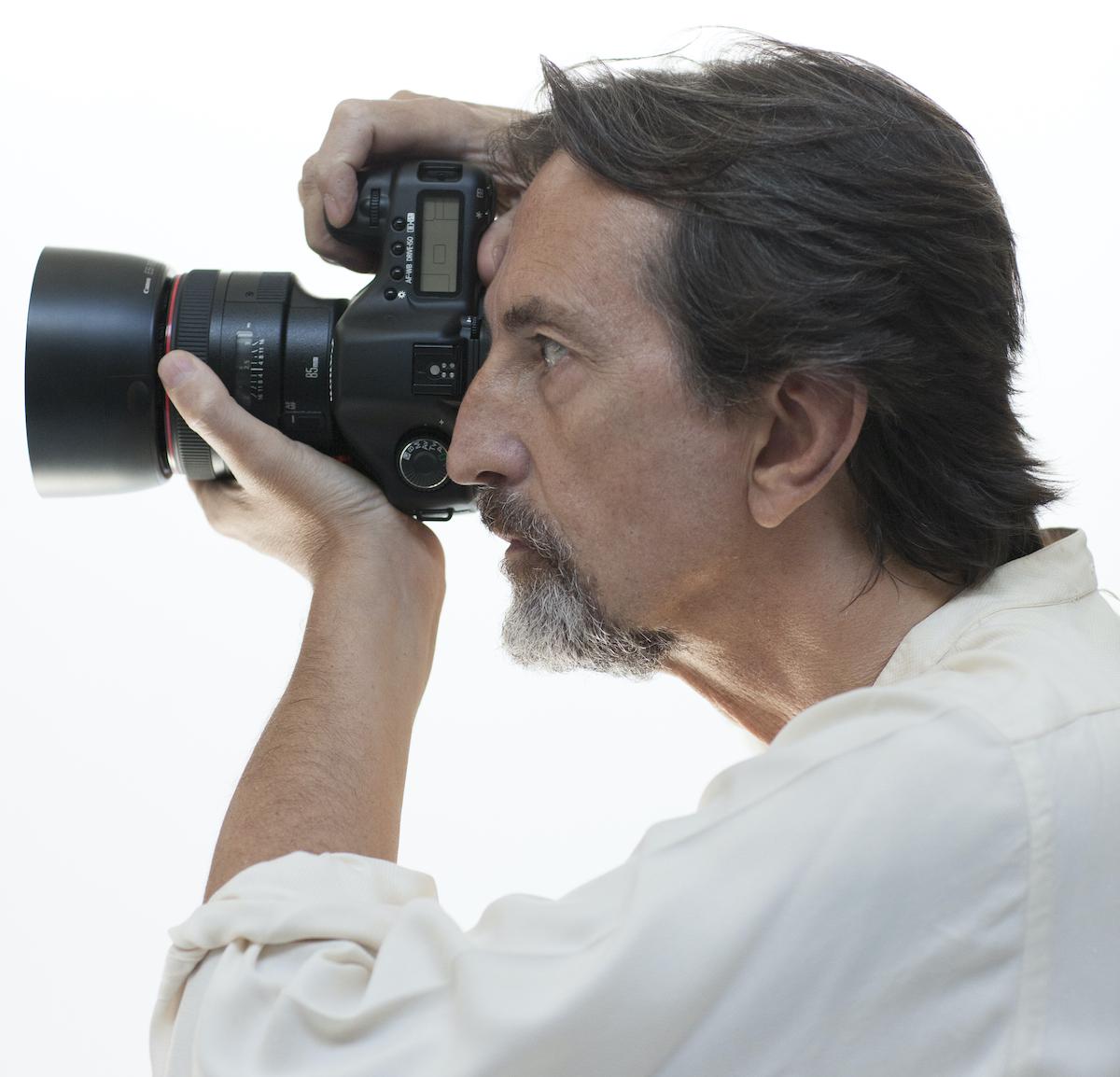 Giovanni Gastel fa una foto