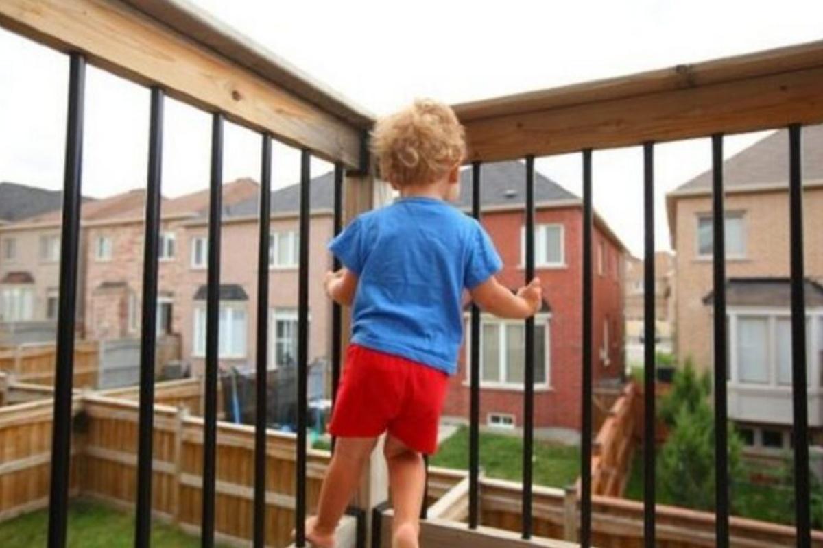 bambino 4 anni balcone