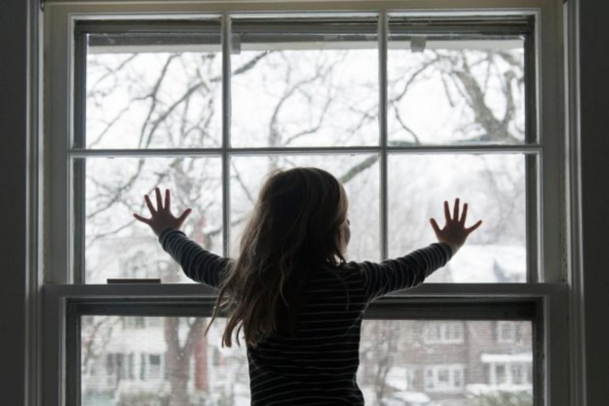 bimba 9 anni finestra