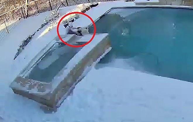 Cooper cade nella piscina ghiacciata