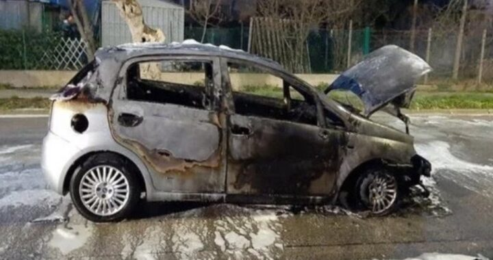 Auto si spegne in corsa e si incendia: paura per una mamma e i suoi due bambini