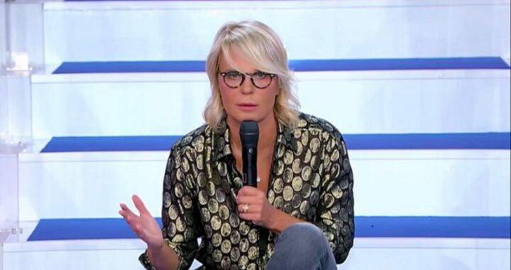 """UeD, il pubblico si preoccupa dopo l'annuncio di Maria De Filippi: """"Tina non sta bene"""""""