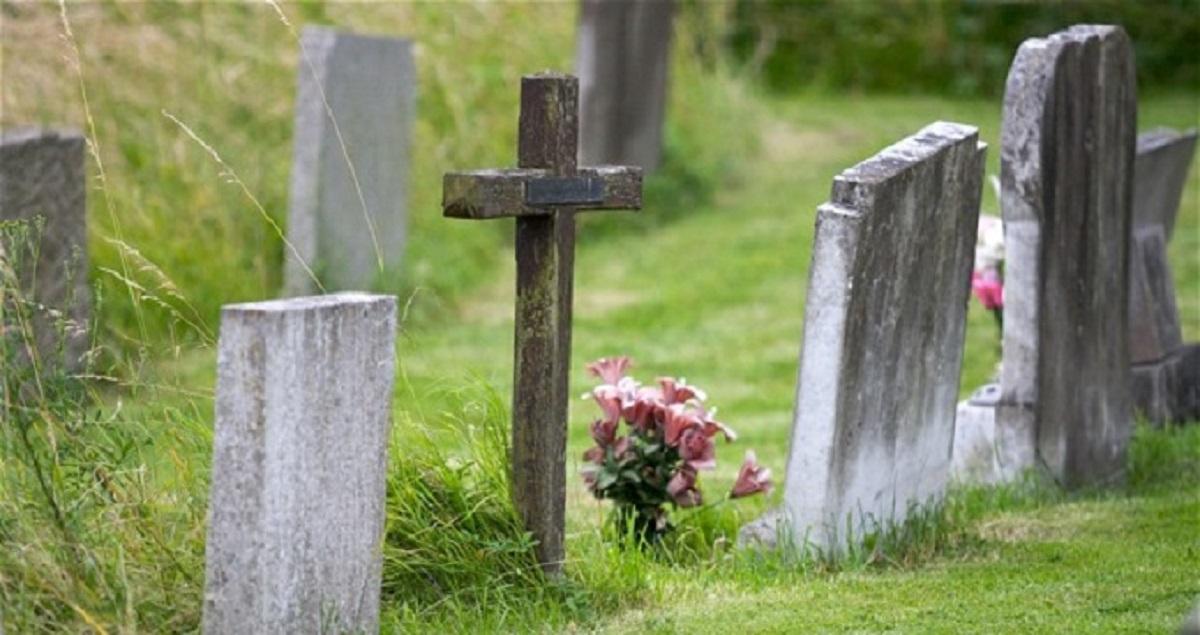 uomo muore al cimitero