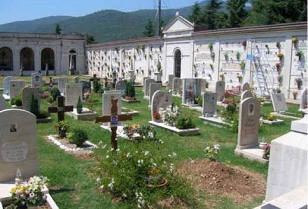 dramma al cimitero
