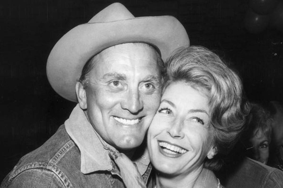 Morta la vedova di Kirk Douglas: Anne Buydens aveva 102 anni