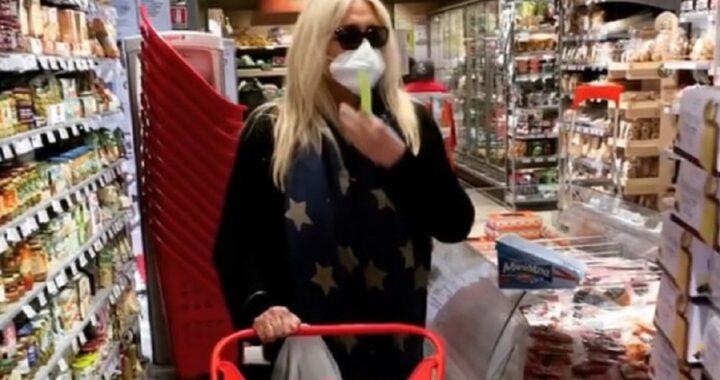 Mara Venier stupisce tutti al supermercato, sui social il video ripreso da una commessa