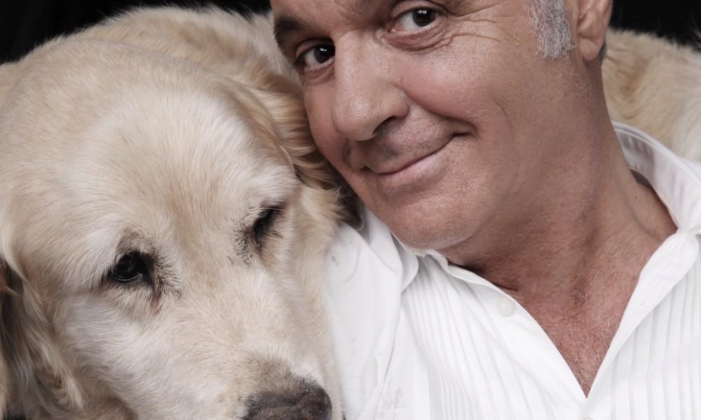 L'attore toscano con un cane