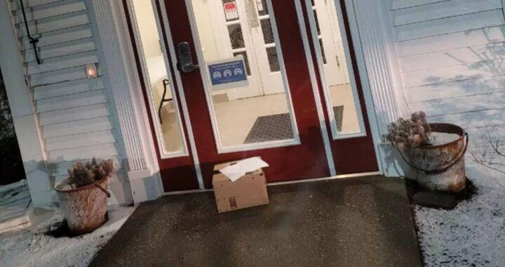 """Scatola abbandonata davanti al veterinario con la scritta: """"hanno bisogno di una casa (scusate)"""""""