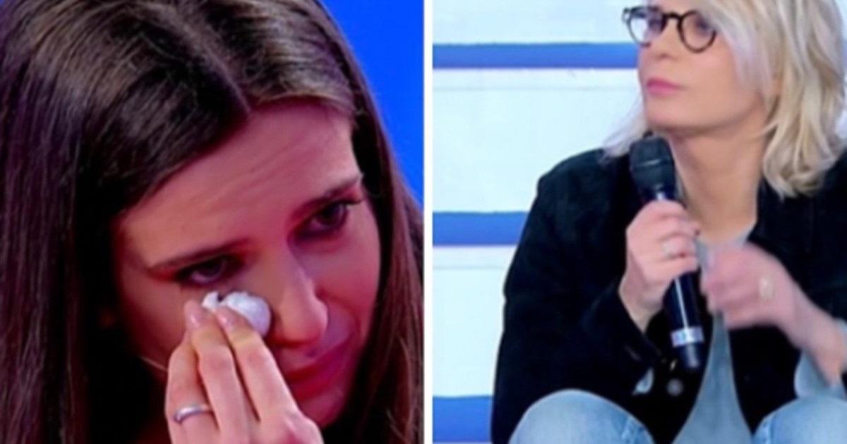 UeD: la corteggiatrice scoppia in lacrime. Maria De Filippi interviene: