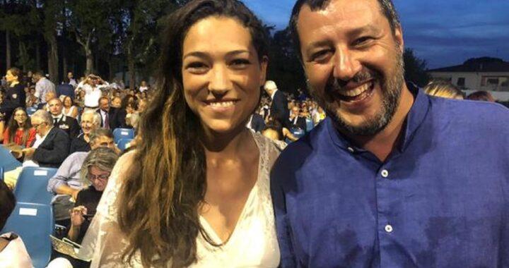 """Matteo Salvini e la fidanzata più innamorati che mai in Puglia, gli scatti infiammano i social: """"fisico mozzafiato"""""""