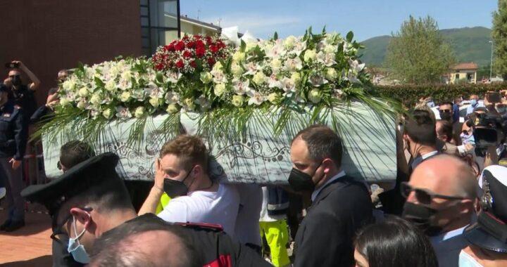 Dolore durante il funerale di Luana D'Orazio
