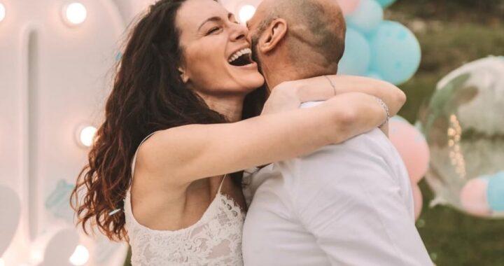 Paola Turani annuncia di che colore sarà il fiocco del suo bebè