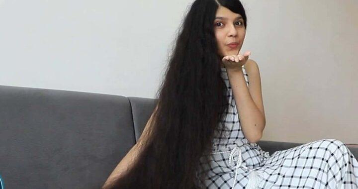 Ragazza indiana taglia i capelli dopo 12 anni