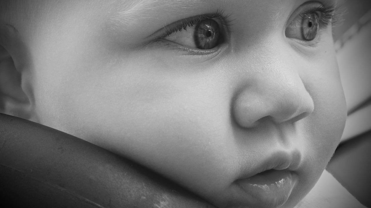 Bambina piccola in pericolo