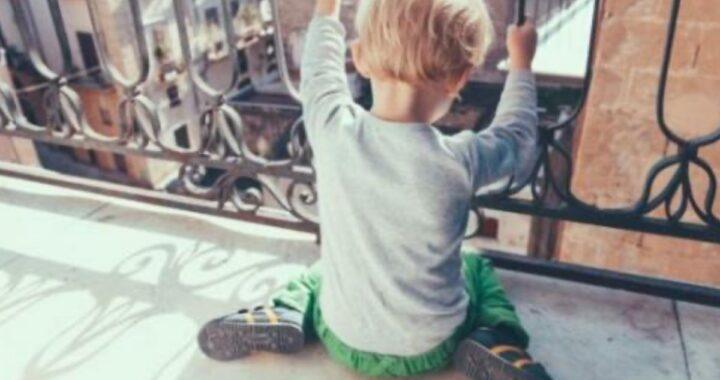 Figli da soli in casa, l'ex suocera scopre che la mamma era andata in vacanza con il fidanzato