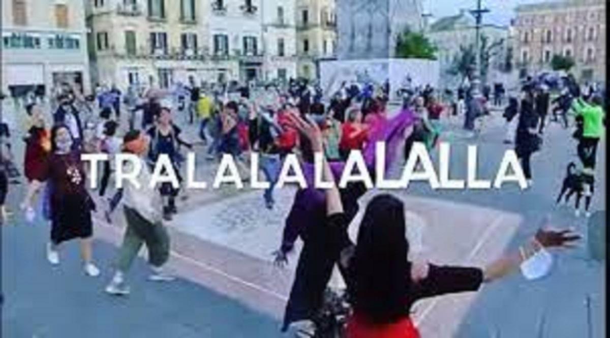 Romina Power si schiera con gli artisti: il flash mob a Lecce