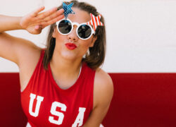 ragazza con maglietta USA