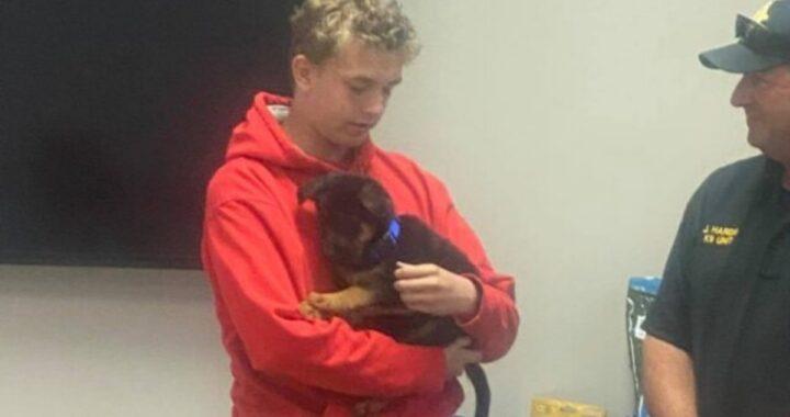 Ufficiali regalano un cucciolo ad un ragazzo di 16 anni, dopo aver assistito alla tragica morte del suo cane: la storia di Eli