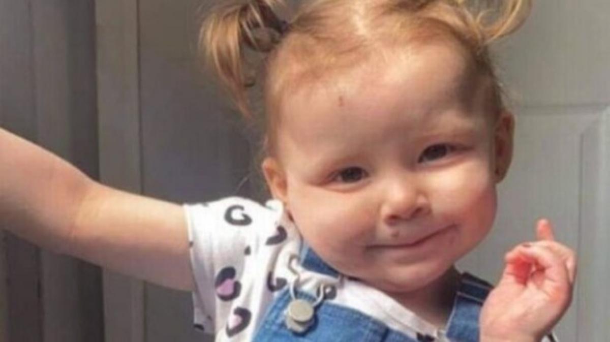 Ingoia una pila e muore: Harper-Lee Farnthorpe aveva solo 2 anni