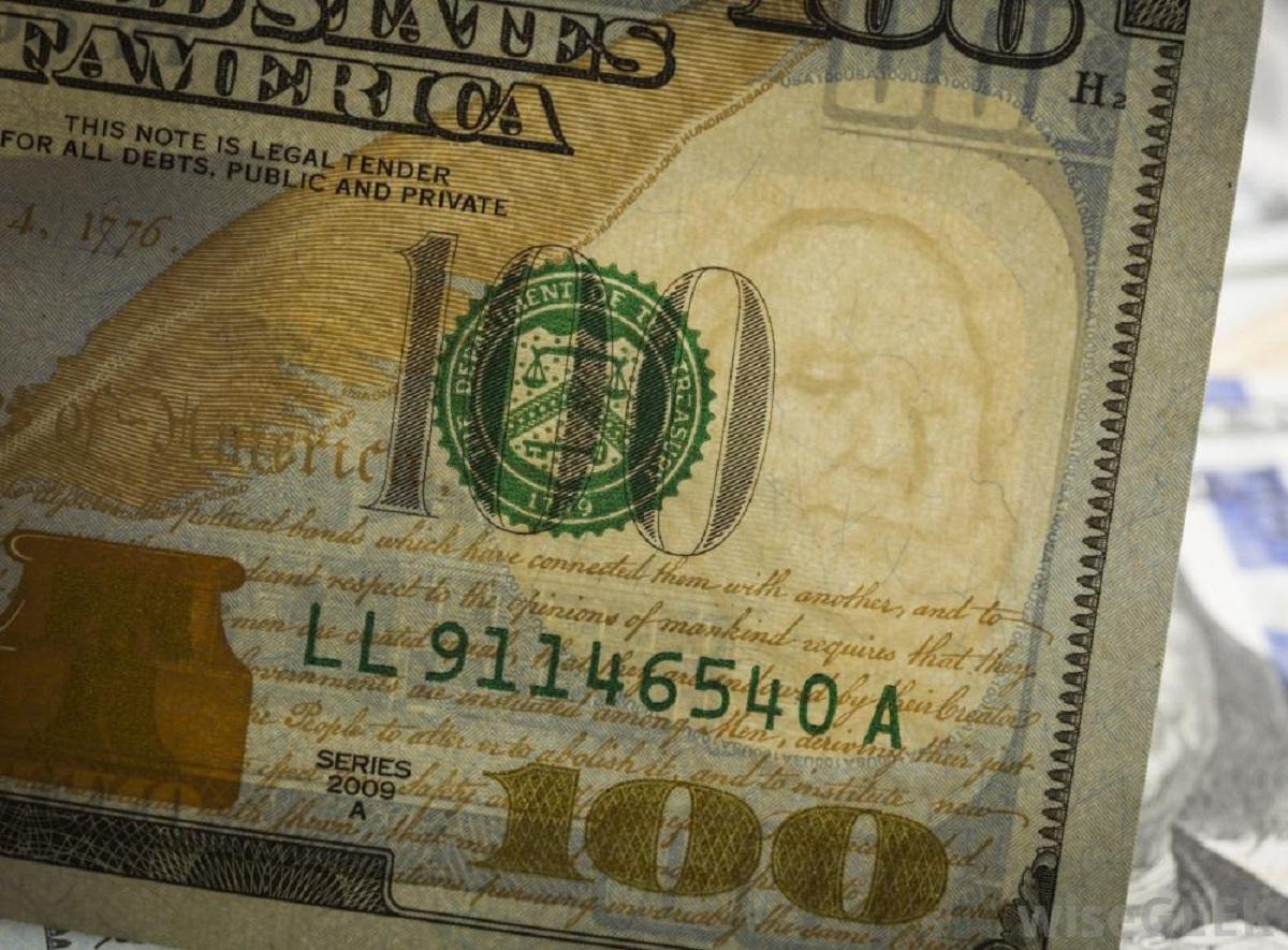 banconote dentro al comò
