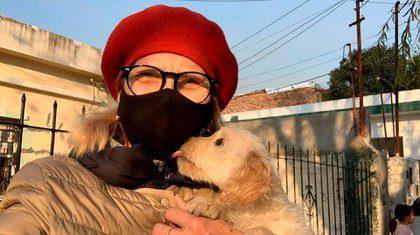 Nora Portello e un cane salvato