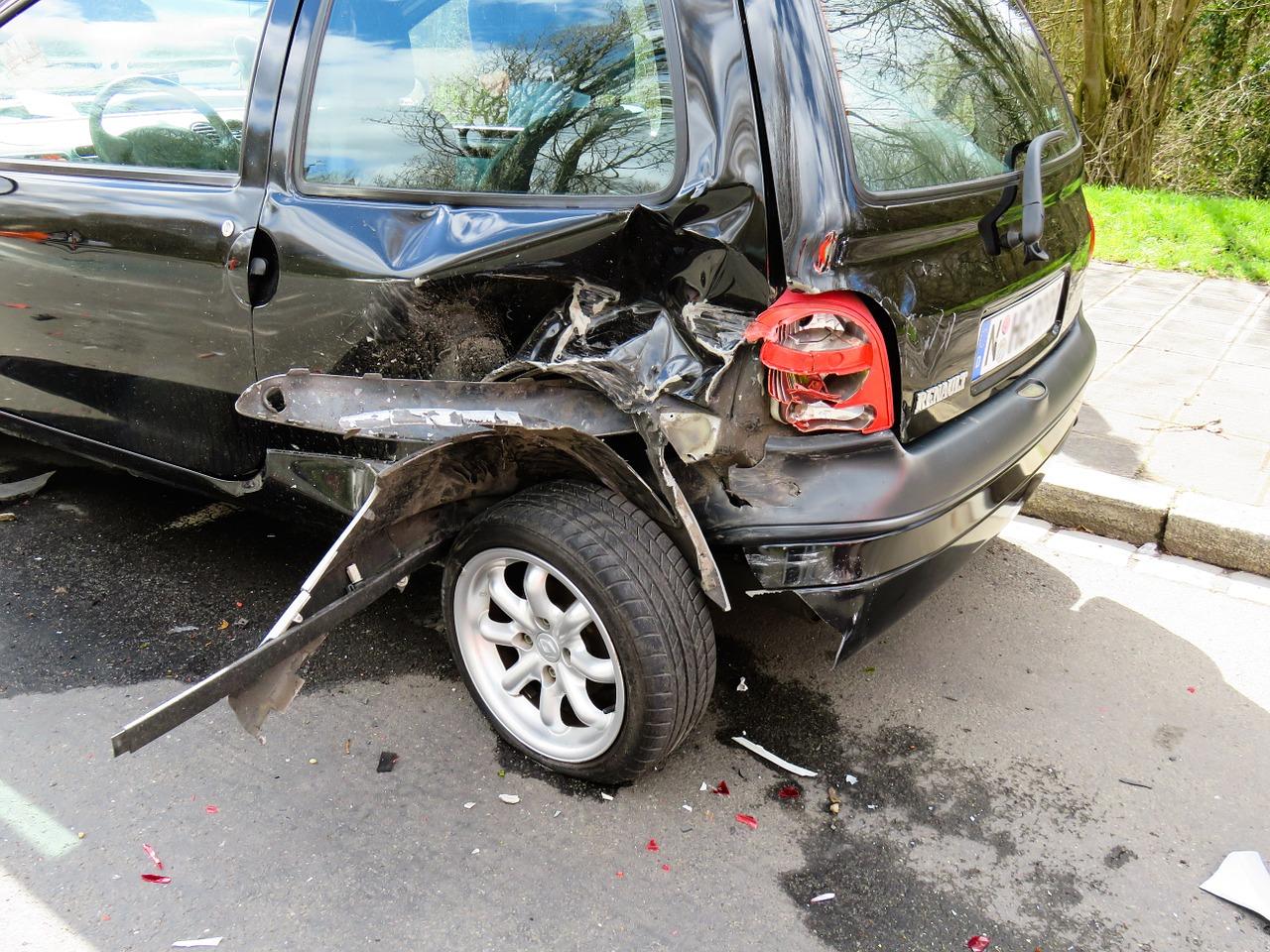 incidente tra un'auto e un tir