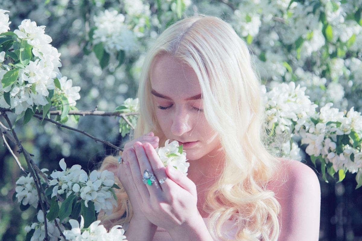 donna che odora fiori