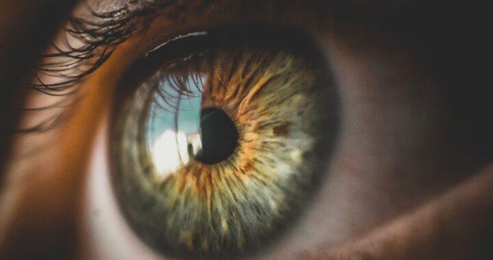 Tremolio nell'occhio? Non ignoratelo, potrebbe essere un campanello d'allarme