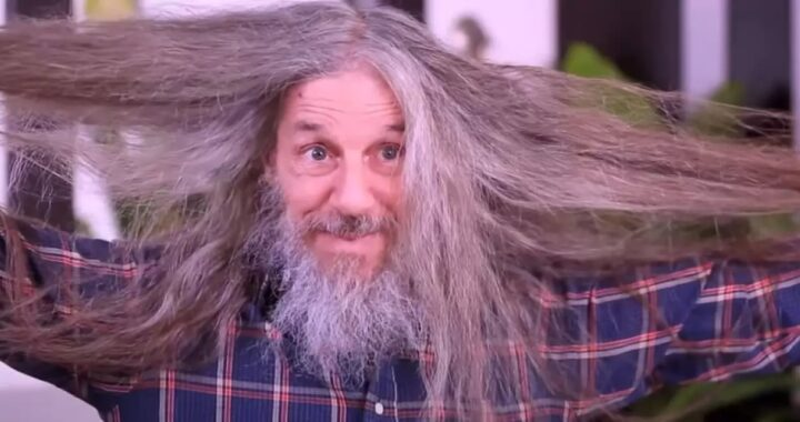 65enne con i capelli lunghi