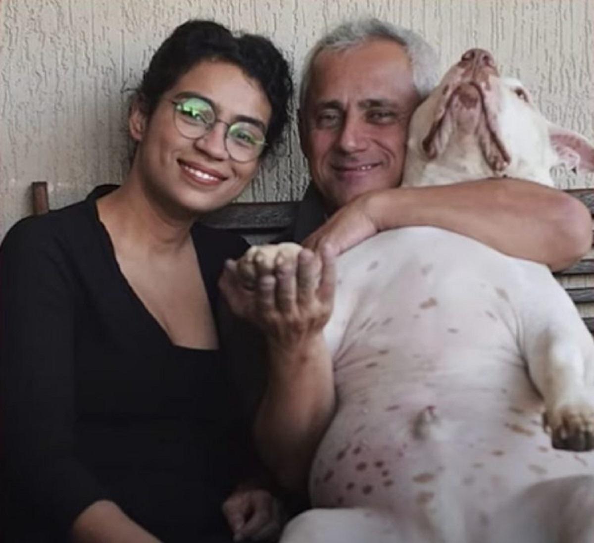 Coccole al pitbull adottato