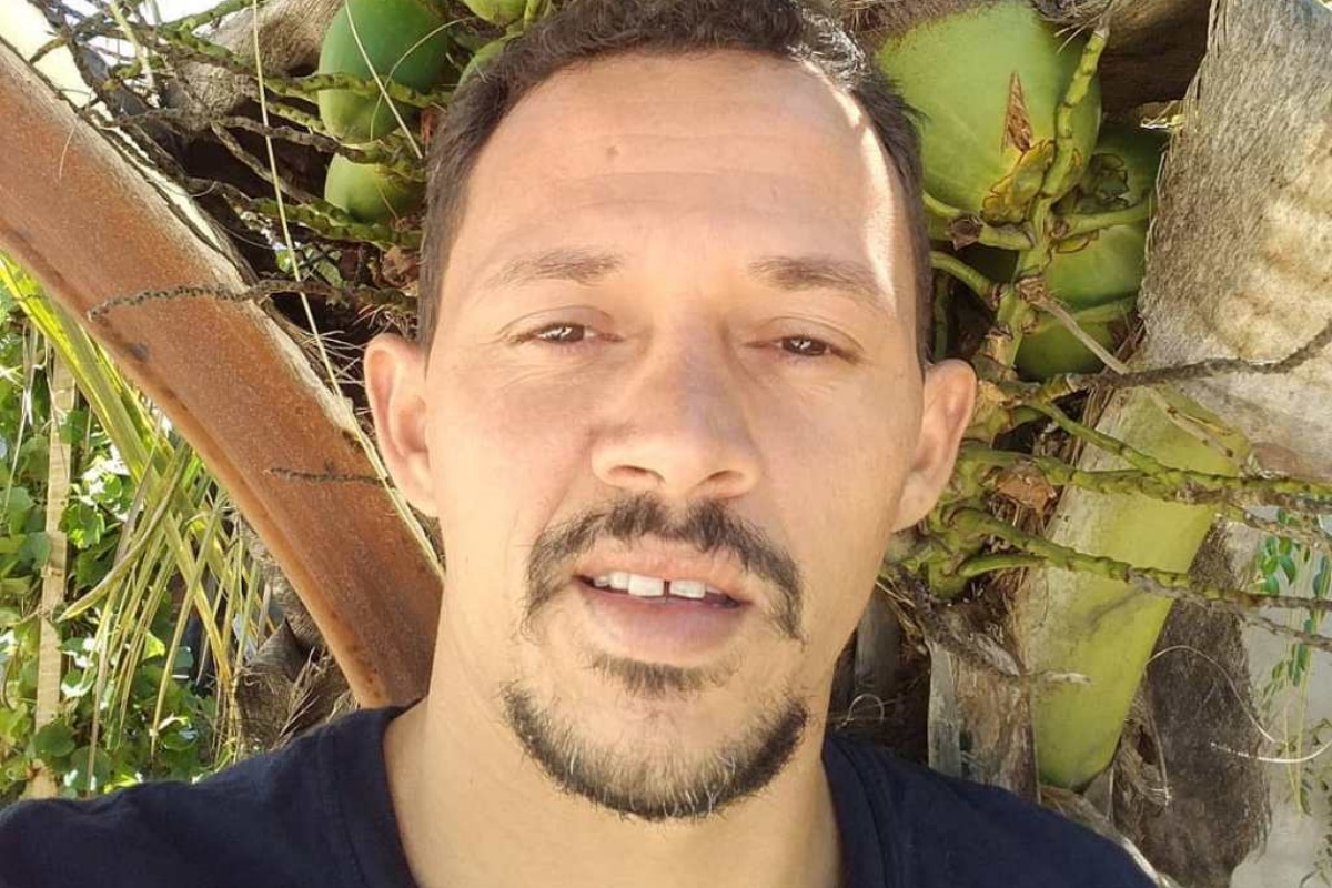 Carlito offre crocchette gratis ai cani senzatetto