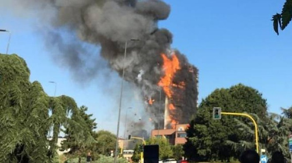 palazzo in fiamme a milano