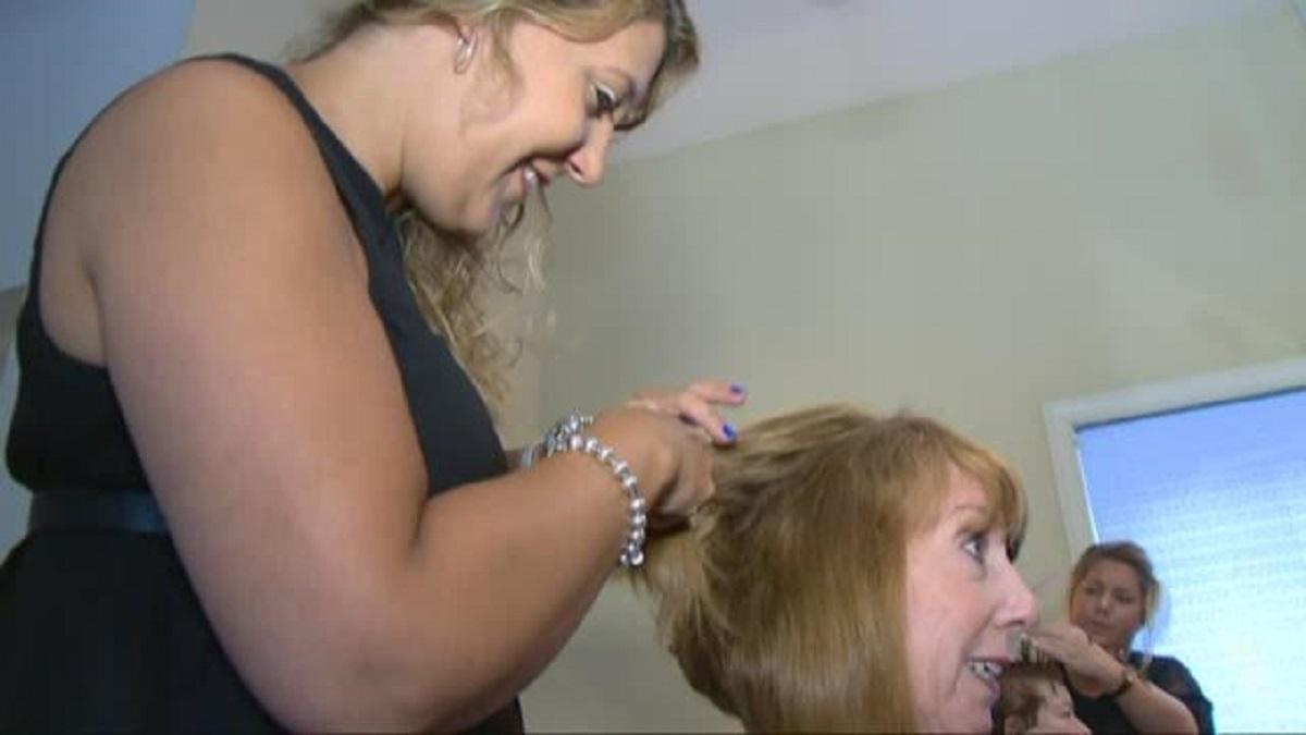 parrucchiera salva una sua cliente