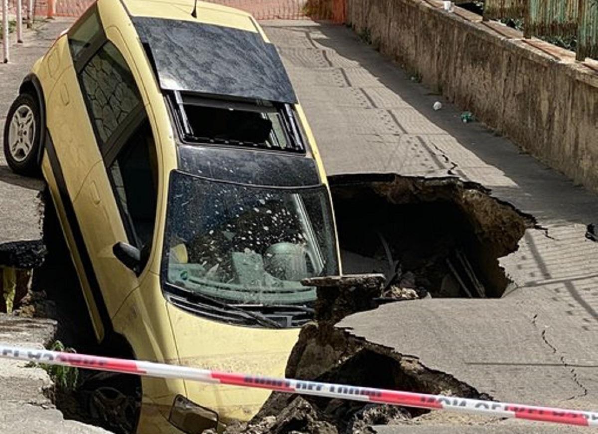 Strada crollata a Fuorigrotta