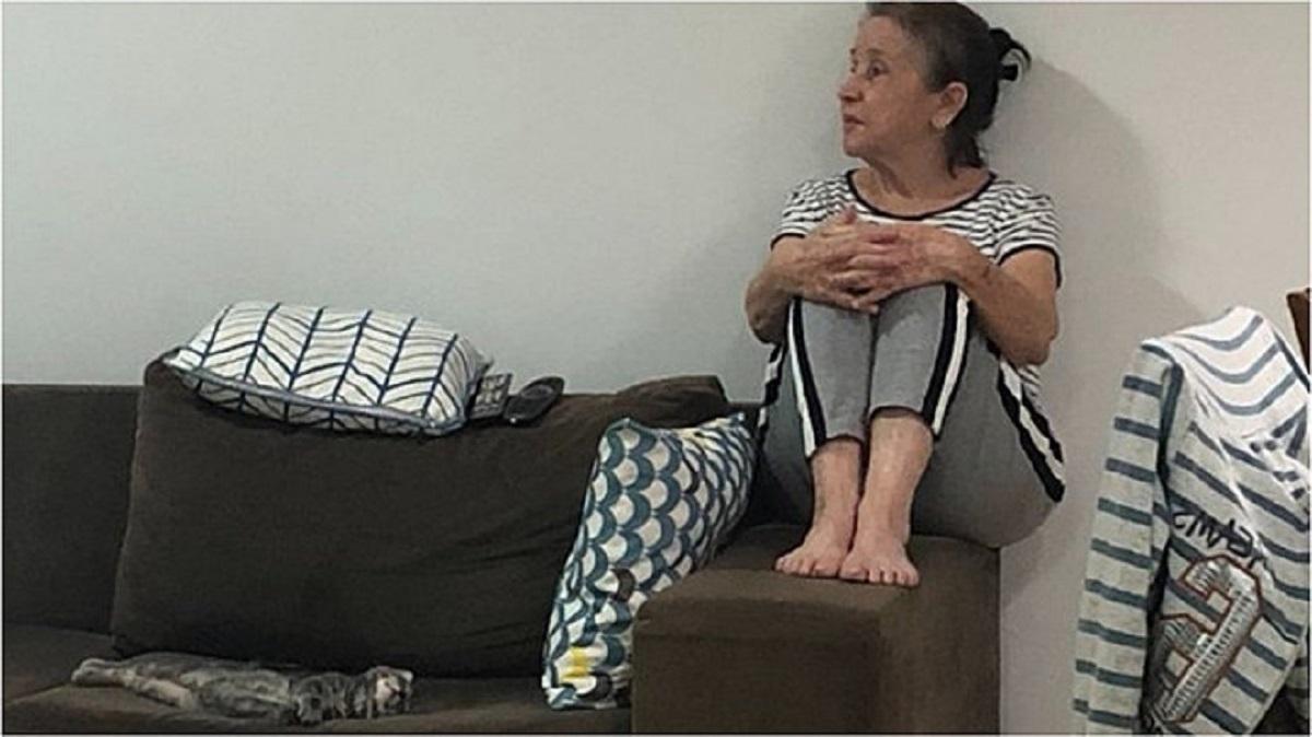 Nonna fa spazio al gattino sul divano
