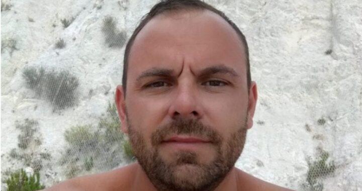 Andrea Campana morto in un incidente in scooter: la sua compagna decide di sposarlo durante il funerale