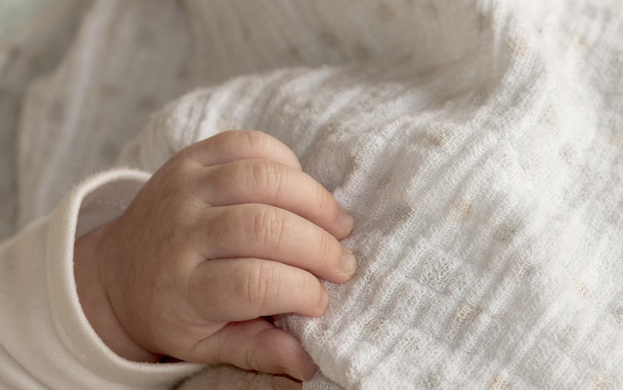 Bambina di 11 mesi colpita dall'acido muriatico