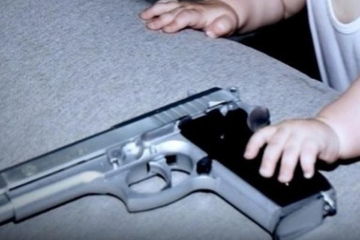 bimbo 2 anni pistola