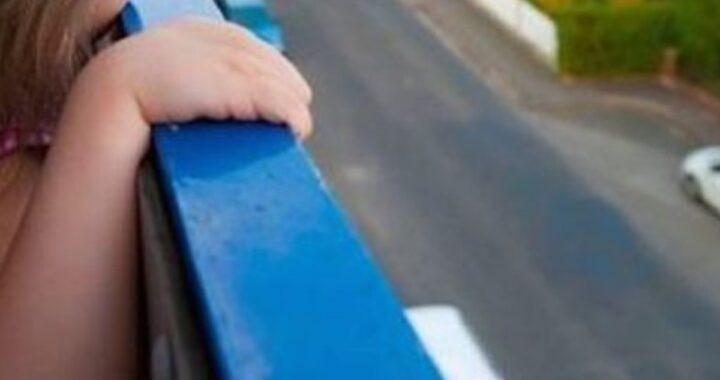 Tragedia a Napoli, bambino di 4 anni caduto dal terzo piano: è morto