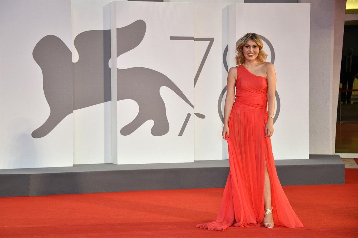 Jasmine Carrisi cattura l'attenzione su red carpet di Venezia