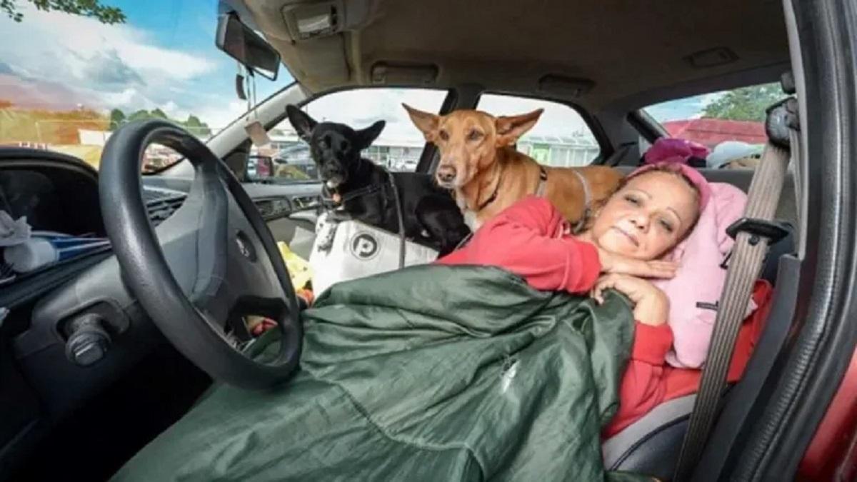 Maestra vive in auto