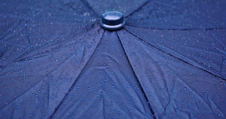 ombrello che si apre al contrario