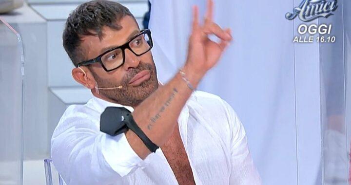 UeD: Gianni Sperti, il gesto delle corna fa infuriare Armando Incarnato