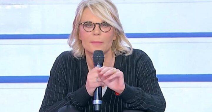UeD: Maria De Filippi non si trattiene. La conduttrice si accascia sulle scale