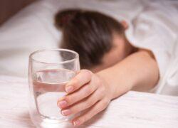 evitare di lasciare il bicchiere d'acqua sul comodino