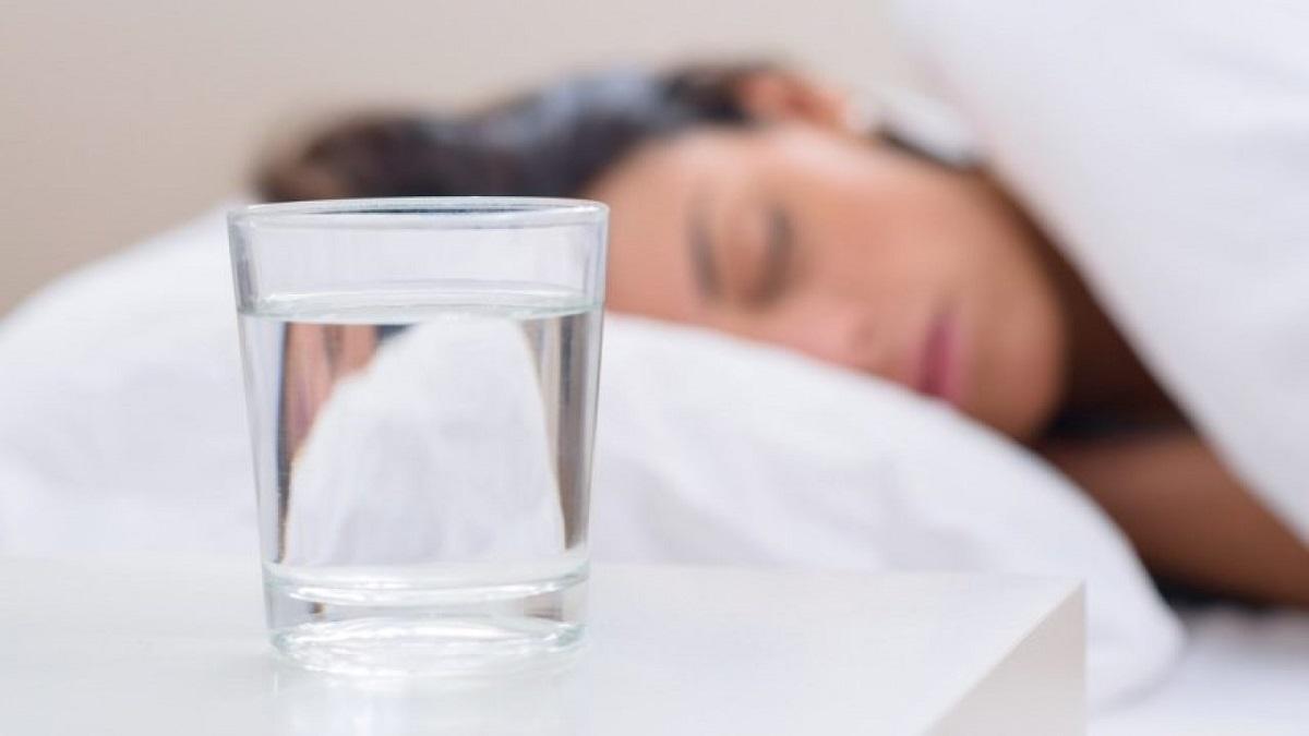 evitare di dormire con il bicchiere vicino